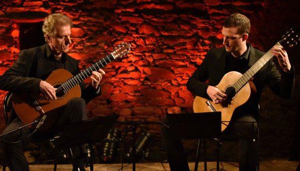 Gilbert et Aurélien Clamens à la guitare